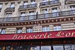 """Brasserie została założona po pierwszej wojnie światowej i nazwana na cześć odzyskania przez Francję Lotaryngii. Kilkanaście lat temu zmieniła po raz kolejny właściciela i po latach upadku, przywrócono jej dawny blask. Przy okazji odkryto przepiękne dekoracje Art Déco. Nic dziwnego, że była swego czasu bardzo szykownym miejscem. Bywał tu i Chaplin, i Dalida (ta od """"Paroles, Paroles""""), i Joe Dassin, by wymienić tylko niektórych. No a specjalnością, jak nie trudno się domyślić, były i są owoce morza."""