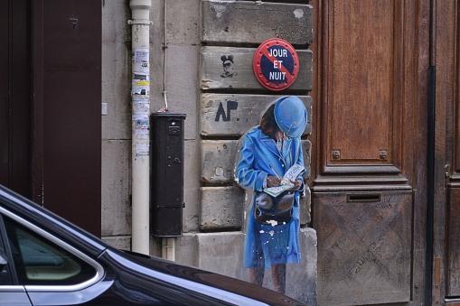 Błękitna dama, o ile się nie mylę, stanowiła pierwotnie część reklamy. Dziś jest jedną z ikon dzielnicy.
