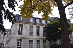 Jedyny ocalały budynek z pałacu Ternes.