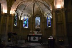 A to jeden z mniej znanych kościołów, Notre-Dame-de-Compassion, choć teoretycznie znajduje się w dość eksponowanym miejscu. Kto przyjeżdża do Palais des congrès albo przesiada się na dworcu autobusowym Porte Maillot może go jednak łatwo przeoczyć. Ten mały kościółek, właściwie kaplicę, wybudował Ludwik Filip na pamiątkę swojego tragicznie zmarłego syna, który w tym miejscu miał wypadek na koniu. Przy okazji budowy centrum kongresowe budynek przesunięto sto metrów. Rzeźbę anioła wykonała córka króla, Maria Orleańska, która była rzeźbiarką.