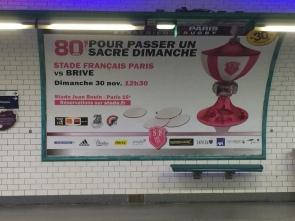 """Reklama rozgrywek rugby: """"80 minut by spędzić święt(n)ą niedzielę"""" (nieprzetłumaczalna gra słów, bo sacré we francuskim pełni też zupełnie """"świecką"""" funkcję wzmacniającą rzeczownik, jak nasze: świetny, klawy, fajny i duża grupa wulgaryzmów)"""