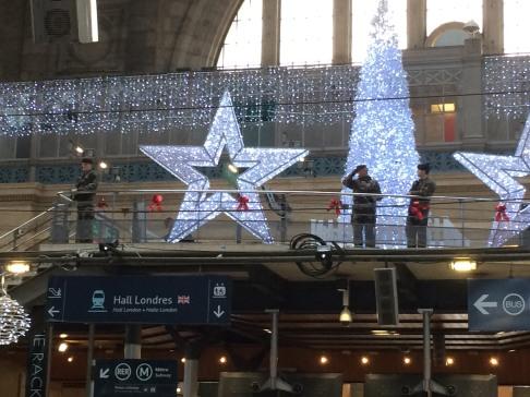 Nad bezpieczeństwem podróżnych na Gare du Nord czuwają nie tylko mikołaje, gwiazdy i anioły, ale całkiem poważnie wyglądający żołnierze