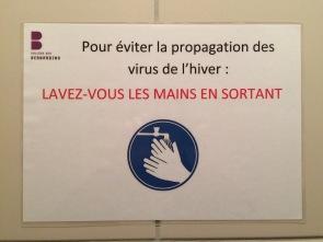 Administracja Collège des Bernardins pomyślała o wszystkim: W celu uniknięcia roznoszenia wirusa zimowego PROSZĘ UMYĆ RĘCE PRZY WYJŚCIU (namierzone w męskiej toalecie).