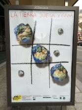 A to plakat promujący segregację śmieci. Pomysłów i wykonania plakatów społecznych z pewnością nie można Francuzom odmówić.
