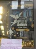 W grudniu cały Paryż opanowały plakaty adwentowe, a od świąt pojawiła się druga odsłona: Narodził się wam Zbawiciel, Jezus, Syn Boży. Akcję świąteczną niestety przeoczyłem, będąc w tym czasie w Polsce, ale na szczęście ostał się jeden plakat. Co ciekawe, na witrynie sieciowego supermarketu - tak a propos laickiej Francji...