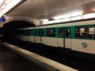 A tu spotkała mnie ciekawa rzecz w metrze: chwilowa awaria prądu na torach - kolejka stanęła w pół stacji.