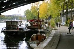 Od mostu Bir-Hakeim (dawny Passy) rozpoczyna się jedna z dwóch w przystani dla barek mieszkalnych w Paryżu.