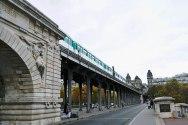 Most Bir-Hakeim jest najdłuższy (poza obwodnicą). Podobnie jak położony po drugiej stronie miasta Pont Bercy, udzielił gościny 6-tej linii metra.