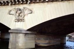 """Jak wiele innych mostów, Pont d'Iéna został poszerzony (w 1837) metodą """"na kanapkę"""". Po obu stronach przeprawy dobudowano 8-metrowe człony, upodabniając je stylistycznie i mocując na nich oryginalne zdobienia."""