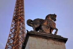 Pont d'Iéna jest jednym z mostów, które wyznaczają spektakularne osie urbanistyczne. W tym wypadku chodzi o perspektywę Pól Marsowych z jednej strony i Trocadero z drugiej. Miejsce wyjątkowo oblegane przez turystów ze względu na wieżę Eiffela. Most powstał jednak znaczenie wcześniej niż ona, bo w 1806, na życzenie Napoleona.