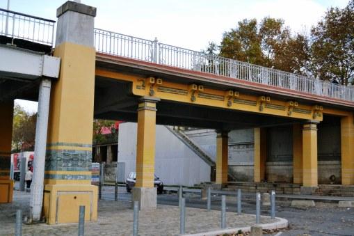 Władze Paryża nie zgodziły się na rozebranie kładki. Przesunięto ją o 200 metrów, tak żeby znajdowała się w połowie drogi między sąsiednimi mostami. W związku z różnicą szerokości rzeki, po przeniesieniu trzeba było dobudować dodatkowe przęsła.