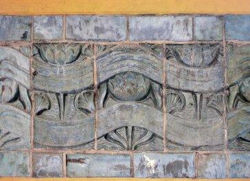 Historycy architektury zwracają uwagę na motywy dekoracyjne dobudowanych w 1906 roku filarów, które miałyby być Art Déco avant la lettre.