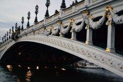Pont Alexandre III - wzniesiony w 1900 roku jako pomnik przyjaźni francusko-rosyjskiej. Twarze przedstawiają nimfy Sekwany i Newy.