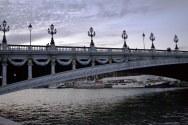 Pont Alexandre III był pierwszym o jednym przęśle. Napięcia konstrukcyjne są zrównoważone przez cztery masywne kolumny po obu stronach rzeki. Okazuje się, że wbrew pozorom nie są wcale ekstrawaganckim elementem dekoracyjnym. Bez nich konstrukcja runęłaby!