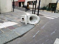 """A taką """"instalację"""" napotkałem na naszej ulicy. Tytuł roboczy: """"Variations Duchamp"""""""
