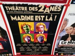 """Jedna z (wielu!) rzeczy, za które lubię paryskie metro. Większość (myślę, że ok. 80%) reklam dotyczy oferty kulturalnej. W pierwszym rzędzie teatry, potem kina, muzea, reklamy regionalne... dopiero gdzieś na końcu wszystko pozostałe. Tutaj afisz teatru """"2 osłów"""", specjalizującego się w komedii politycznej. Tym razem dostanie się Marine Le Pen."""