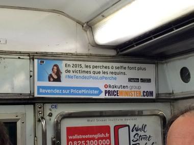 """""""W 2015 roku więcej osób padło ofiarą selfie-sticków niż rekinów"""". Akcja społeczna."""