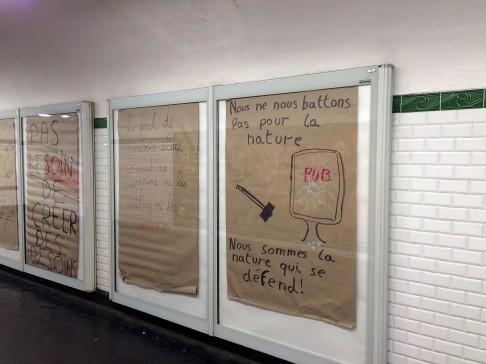 Ponieważ tym razem będzie komercyjnie, to dla równowagi taka migawka z jednej ze stacji metra. Wykorzystując remont, ktoś postanowił w miejsce reklam wstawić swoje anty-reklamy. Tutaj manifest: Nie walczymy dla natury. Jesteśmy naturą, która się broni.