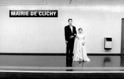 Mairie de Clichy to merostwo podparyskiej dzielnicy Clichy. Gra słów: Mariés (małżonkowie) de cliché: