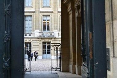 Dwie sąsiadujące ze sobą posesje (61 i 63 Rue de Monceau) wykupili bracia Nissim i Abraham de Camodo (pochodząca z Walencji hrabiowska rodzina żydowska). Nissim, wbrew panującej tendencji, zamówił rezydencję w czystym stylu Ludwika XIV. W 1917 tragicznie zginął w katastrofie lotniczej. W 1935 jego ojciec, Moïse Comodo przekazał pałac ze zbiorami sztuki użytkowej XVIII wieku na muzeum. Samą rodzinę spotkał tragiczny los. Rząd Vichy wydał ją Niemcom na deportację i ostatecznie śmierć.