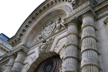 Pałac drugiego z braci, Abrahama zaprojektował uczeń twórcy budynku opery paryskiej, Charlesa Garniera, Destors. Tu już eklektyzm w pełni. Budynek wielokrotnie zmieniał właścicieli. Dziś należy do amerykańskiego banku Morgan Stanley.