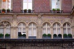 Budynek Gustave'a Clausse'a. Parter i pierwsze piętro zajął architekt. Natomiast kolejne przeznaczył na wynajem (powszechny zwyczaj). Sala koncertowa na pierwszym piętrze została ozdobiona plafonem z aniołami muzyki, noszącymi nazwiska Mozarta, Beethovena i Webera.