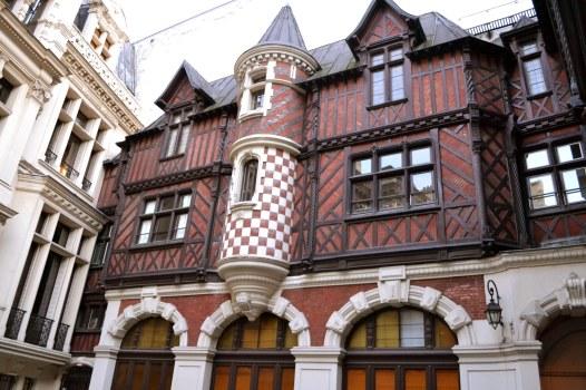 Podwórze hotelu Henriego Meniera utrzymane w stylu flamandzko-francuskiego renesansu. Dziś mieści się tu międzynarodowe konserwatorium muzyczne.