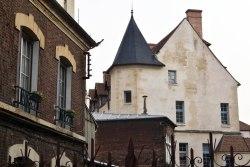 Odrestaurowany niedawno zamek królowej Blanche - XVI-wieczny pałac zbudowany w miejscu dawnego zamku córki Ludwika IX.