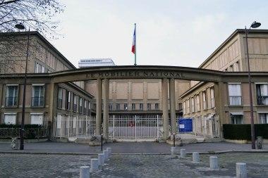 Mobilier national, czyli siedziby istniejącego od 1663 składu mebli i wyposażenia ministerstw i innych oficjalnych rezydencji państwowych. Obecny budynek pochodzi z lat 1935-36 i powstał wg projektu Auguste'a Perreta - apostoła betonu i symetrii.