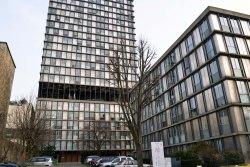 Tour Croulebarbe (1958-60) - pierwszy wieżowiec mieszkalny na terenie Paryża. Mierzy 67 metrów i liczy 23 piętra. Na wysokości szóstej kondygnacji znajduje się taras, który pierwotnie miał być połączony kładką z sąsiednią ulicą (budynek stoi u podnóża skarpy). Z drugiej strony znajduje się stacja naprawcza metra.