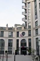 """Hotel Mercure nie bez powodu określany w przewodnikach jako """"neoklasycyzm postmodernistyczny""""."""