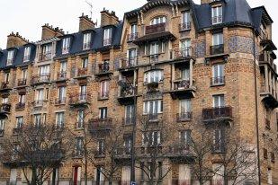 Rezydencja socjalna przy boulevard de l'Hôpital - 1922-26, według utrzymanego w estetyce neoregionalizmu projektu J. Charlet i F. Perrin.