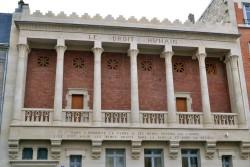 Utrzymana w stylu pseudo-egipskim siedziba mieszanej loży masońskiej Praw człowieka (1894), związanej z postacią feministki, Marii Deraismes.
