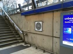 """""""Labirynth"""" - jedna z odsłon projektu artystycznego z okazji 150-lecia londyńskiego metra. Docelowo na każdej z 270 stacji mają się znaleźć unikatowe labirynty artysty, Marka Wallingera."""