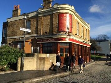 Pub The Angel, w obecnej formie od 1850 roku, ale w tym miejscu istniała gospoda już w XV wieku. Najprawdopodobniej gościł w nim kapitan Cook przed wyprawą do Australii.