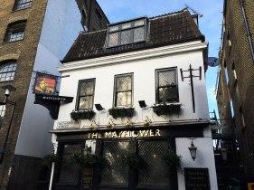 """Pub """"Mayflower"""". Od 1550 roku istniał w tym miejscu pub Shippe. Nowa nazwa na cześć statku, który w 1620 roku odbił od brzegu z tego miejsca, by przetransportować do Nowego Świata 102 purytanów - """"ojców pielgrzymów""""."""