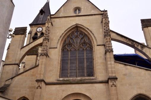 Kościół św. Medarda - powstawał od końca średniowiecza do XVIII wieku. Strzeże wejścia do dzielnicy.
