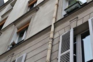 Na trzecim piętrze mieszkał tu Hemingway, w początkowym okresie pobytu w Paryżu.
