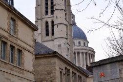 W tle Panteon, który pierwotnie miał być kościołem św. Genowefy. Ze starego pozostała tylko dzwonnica (na pierwszym planie), znajdująca się obecnie na terenie elitarnego liceum Henryka IV. Kościół zburzono, żeby wybudować nowy.