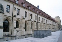 Kolegium Bernardynów - odbudowane w 2008 roku i z tego tytułu nazwane najmłodszym budynkiem gotyckim w mieście. Działa tu wydział teologiczny, odbywają się liczne koncerty, wykłady otwarte, spotkania.