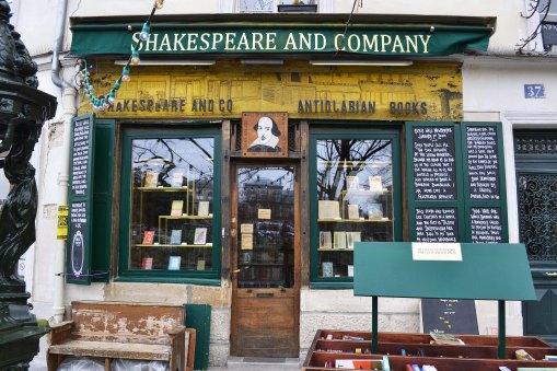 """Najważniejsze miejsce dla kultury anglojęzycznej w Paryżu. Księgarnia i kawiarnia Shakespeare and Company. Założona pierwotnie w VI dzielnicy przez Amerykankę, Sylvię Beach. Gromadzili się wokół niej Hemingway, Fitzgeraldowie, Ezra Pound i Gertrude Stein. Sama Beach zasłużyła się też tym, że wydała pierwszą angielską edycję """"Ulissesa"""" Joyce'a (wówczas zabronionego w Anglii)."""