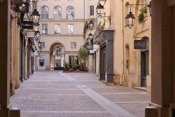 """Cité Berryer w 1994 przechrzczone na """"Village Royale"""". Za Ludwika XIII mieściły się w tu koszary muszkieterów (coś dla wielbicieli Dumasa)."""