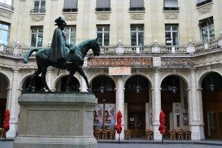 """Place Edouard VII - kompleks hotelowo-kulturalny zbudowany na część """"księcia Galów""""."""