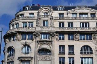 """""""Cercle militaire"""" - wzniesiony w 1927 roku na miejscu dawnych koszar hotel dla oficerów wojsk """"lądowych, morskich i powietrznych""""."""