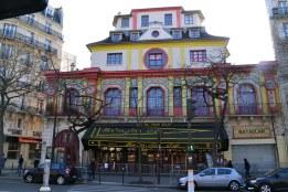 """Otwarty w 1864 """"Grand café chinois - théâtre Bataclan"""" - początkowo kawiarnia koncertowa (śpiewała tu młoda i zupełnie jeszcze nieznana Edith Piaf), później kino, a od 1975 roku wielka sala koncertowa."""