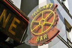 Nazwy barów nierzadko odnoszą się do przemysłowej przeszłości dzielnicy - Mécano Bar