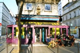 Kolejny skwer z kawiarniami - Aux tables de la fontaine