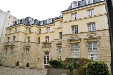 A za niepozornymi kamienicami znaleźć można takie cudo: hôtel de Mortagne (1650).