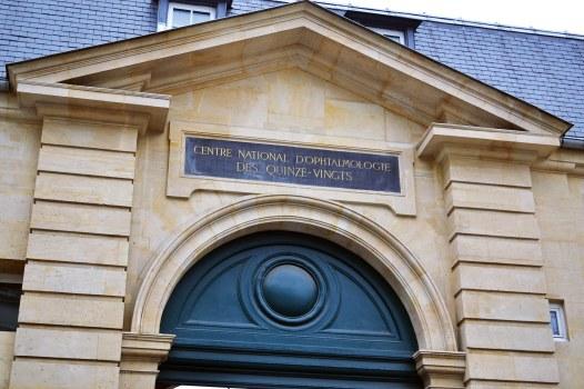 Szpital Quinze-Vingt założony w 1260 roku przez św. Ludwika, po powrocie z krucjaty, aby przyjąć 300 (czyli zgodnie z nazwą 15 razy 20) towarzyszy, którzy stracili wzrok. W 1775 roku przeniósł się w dzisiejsze miejsce.