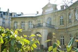 Sierociniec Eugène-Napoléon założony w 1856 roku z inicjatywy cesarzowej Eugenii (nazwany na cześć narodzin jej syna, Eugeniusza). Władze miejskie przeznaczyły sumę 600 tysięcy franków na zakup naszyjnika z okazji ślubu cesarzowej. Ta poleciła, by za te pieniądze ufundować raczej sierociniec.